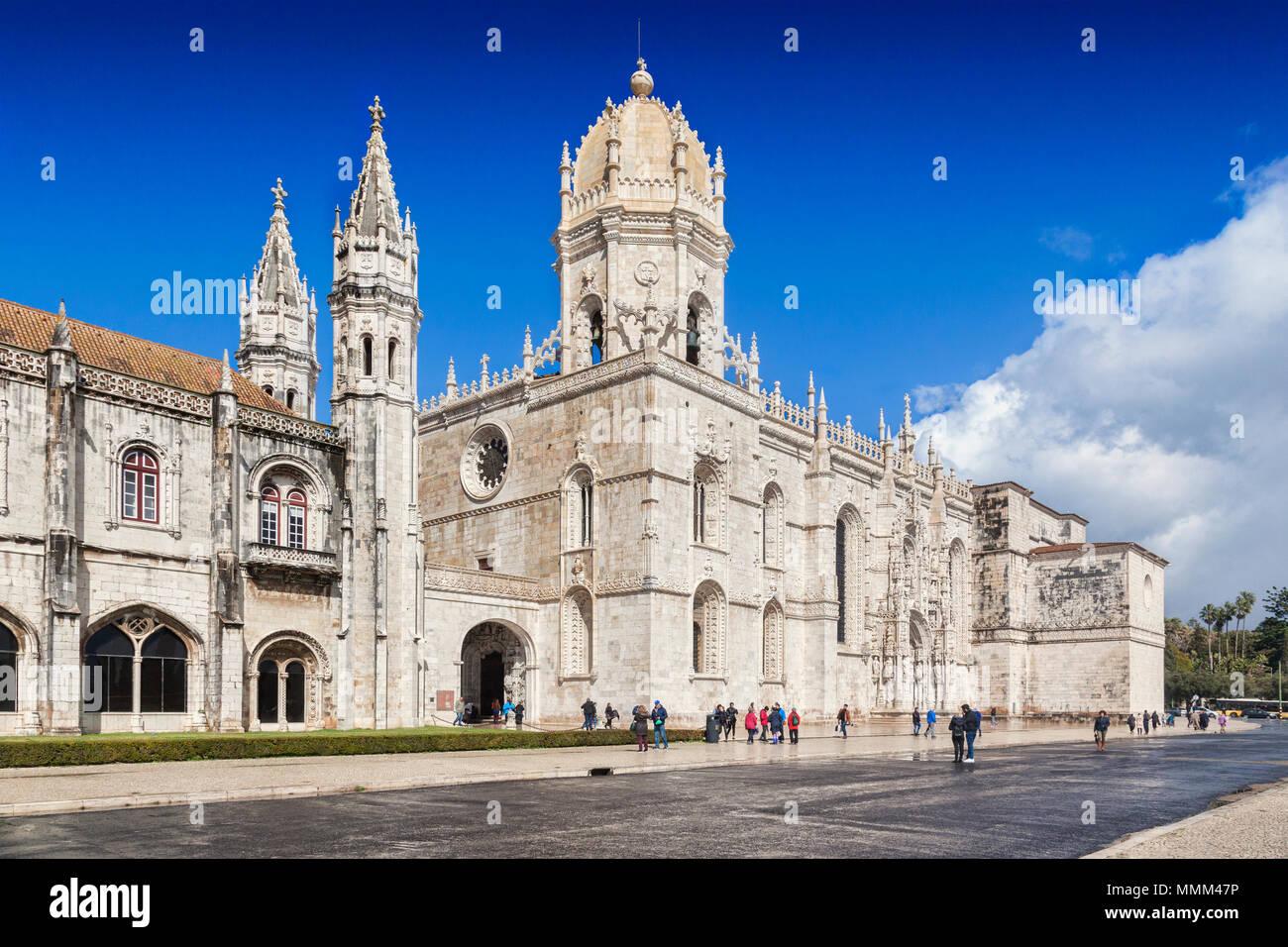 5 mars 2018: Lisbonne, Portugal - touristes profitant du soleil au début du printemps au Monastère de Jeronimos, Belem. Photo Stock