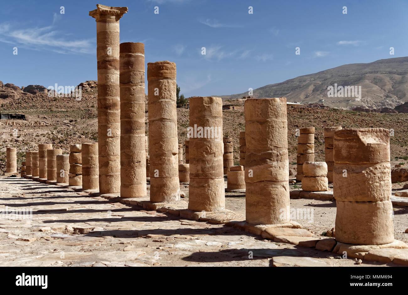 Piliers des romains dans la nécropole de Pétra, en Jordanie, Moyen-Orient Banque D'Images