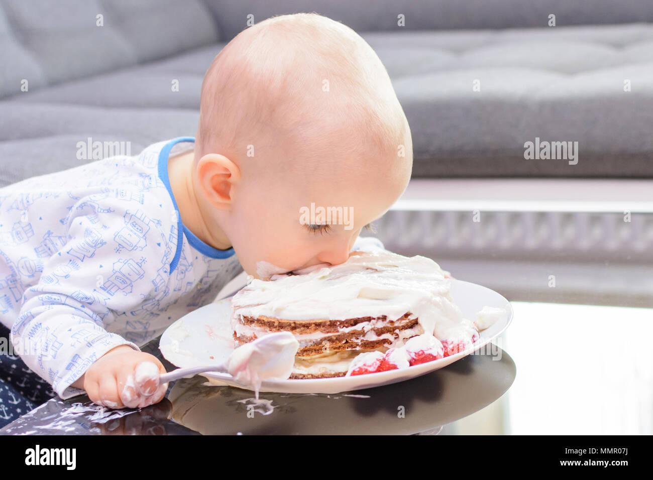 Premier Anniversaire Dun Petit Garçon Petit Garçon De Manger Le