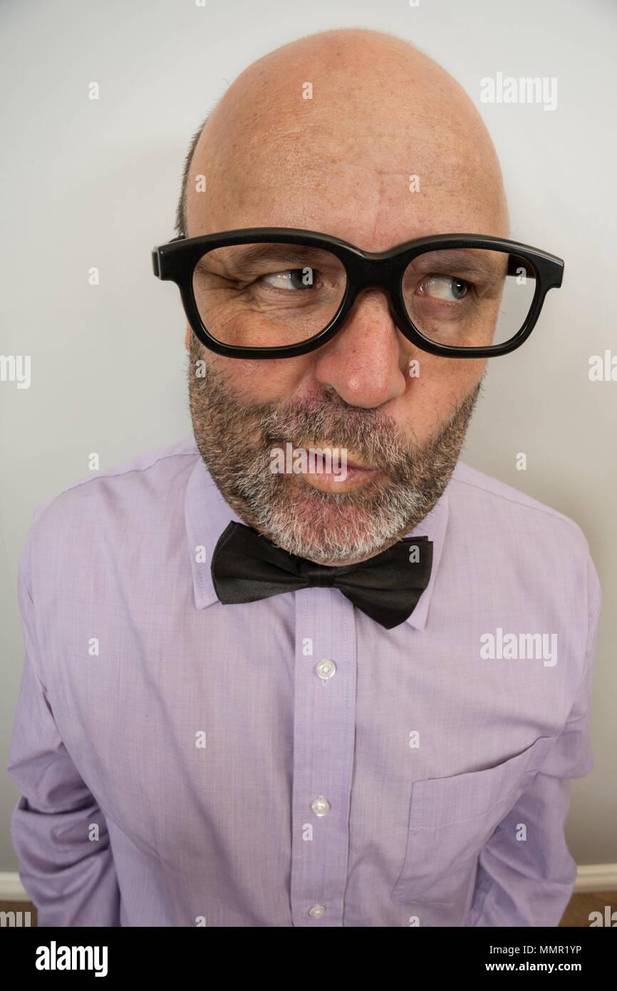 Un homme avec une expression de connivence. Photo Stock