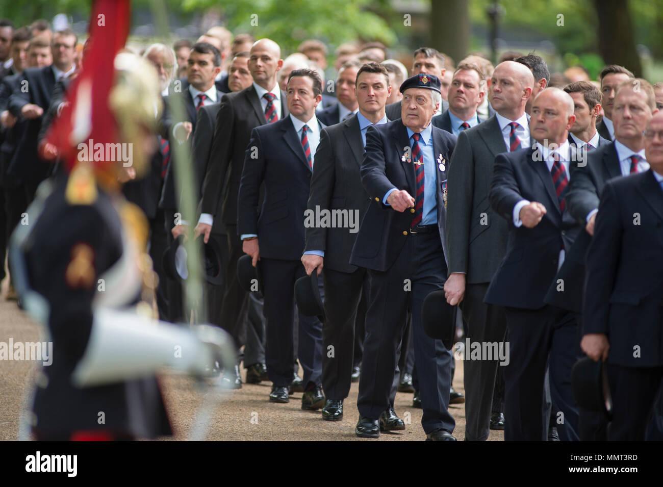 Hyde Park, London, UK. 13 mai, 2018. 94 ans après l'inauguration de son mémorial à Hyde Park la cavalerie et Yeomanry se réunissent pour rendre hommage aux membres de la Yeomanry Cavalry et qui est tombé dans la Première Guerre mondiale et dans les conflits ultérieurs. Son Altesse Royale la Princesse Royale KG KT GCVO GCStJ QSO GCL CD Le Colonel du blues et de la famille royale reçoit le salut à la parade annuelle et Service de la Cavalerie vieux camarades à l'Association Mémorial cavalerie adjacente à la Kiosque à Hyde Park. Credit: Malcolm Park/Alamy Live News. Photo Stock