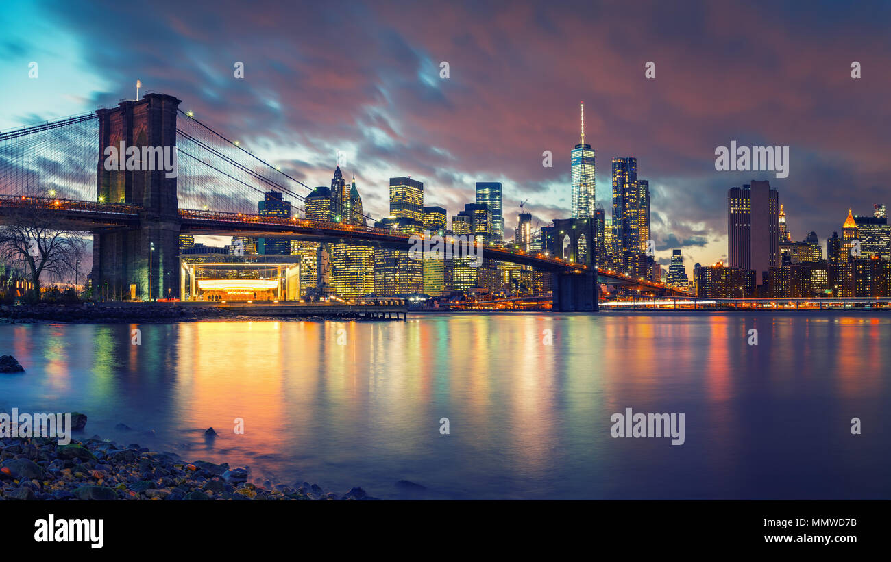 Pont de Brooklyn et Manhattan au crépuscule Photo Stock