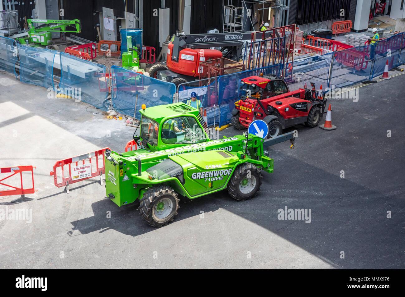 Véhicules de chantier et de grues sur un chantier à Londres, Royaume-Uni Photo Stock