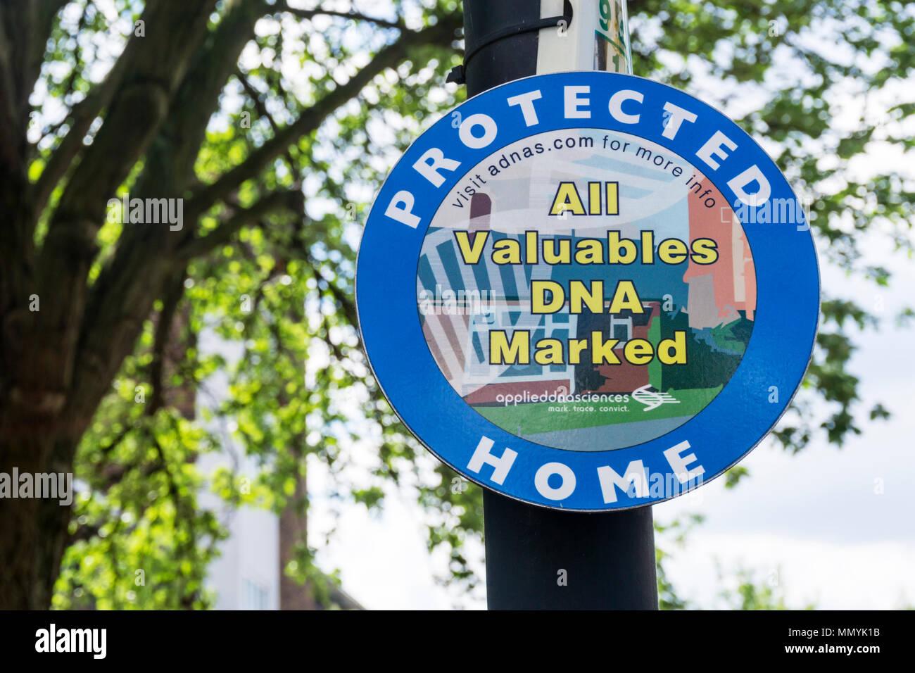 Signe de la prévention du crime de l'ADN met en garde vos objets marqués Photo Stock