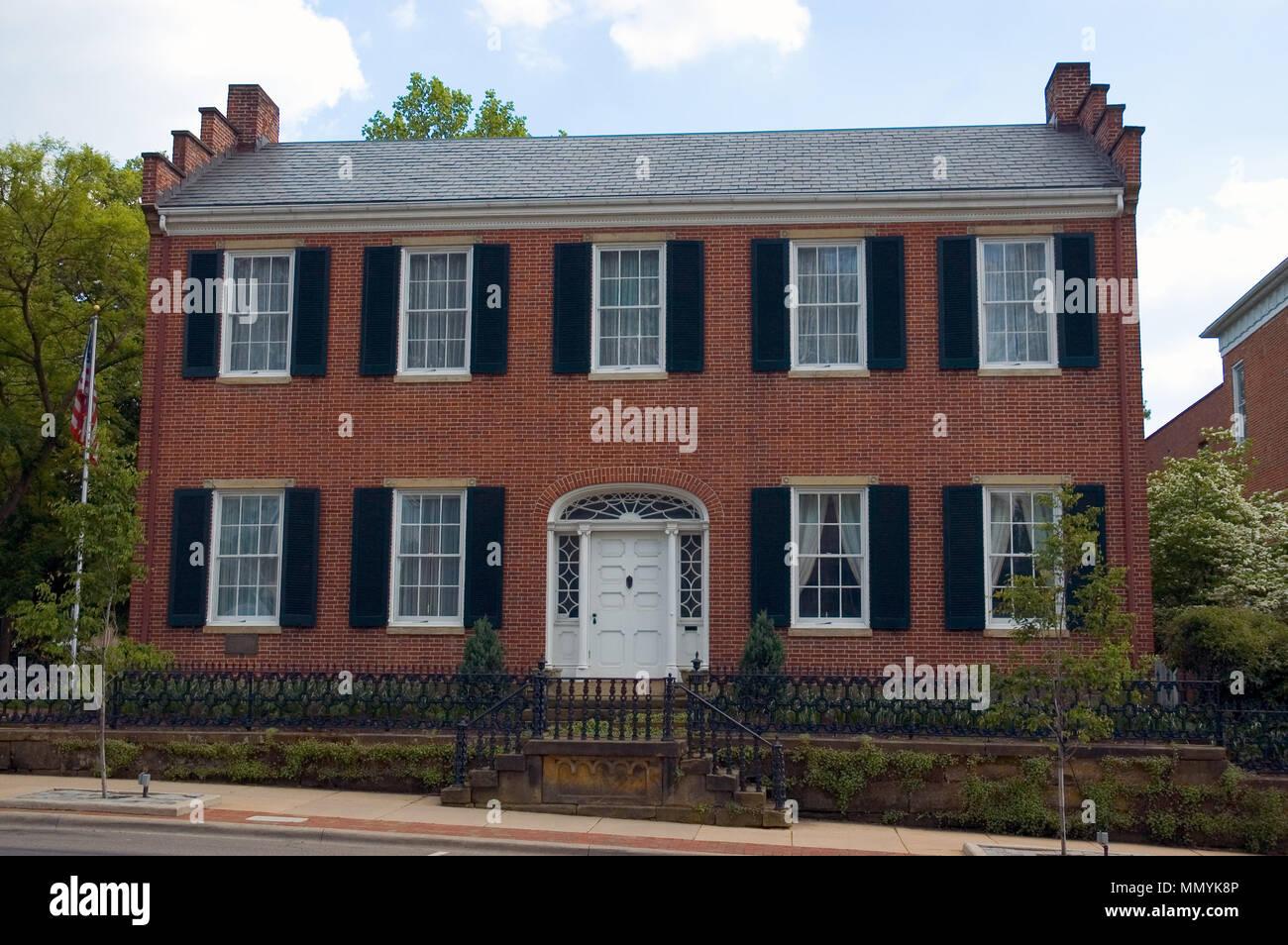 Maison de style fédéral en brique rouge très design symétrique
