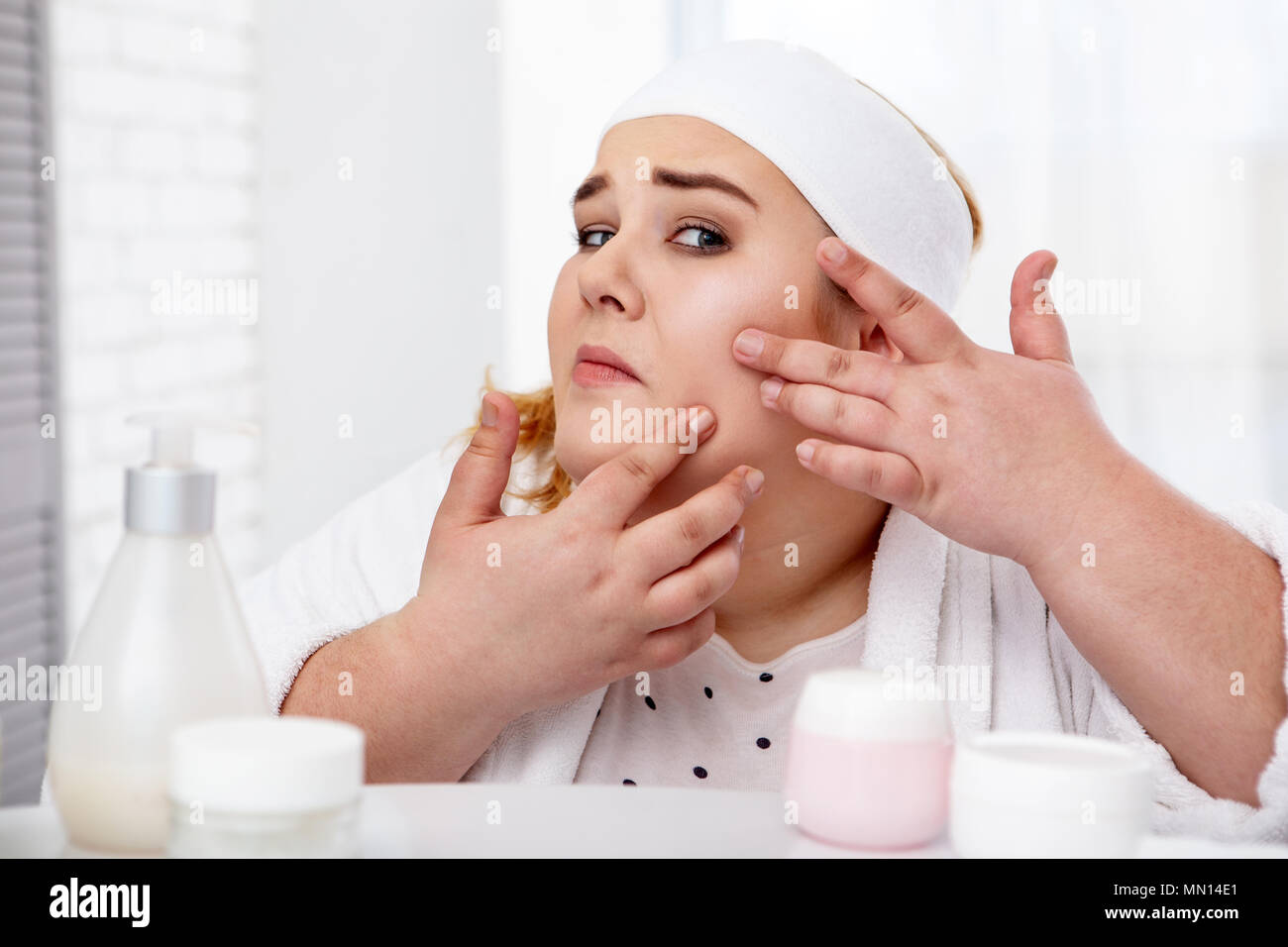 Grosse femme popping boutons concernés Photo Stock
