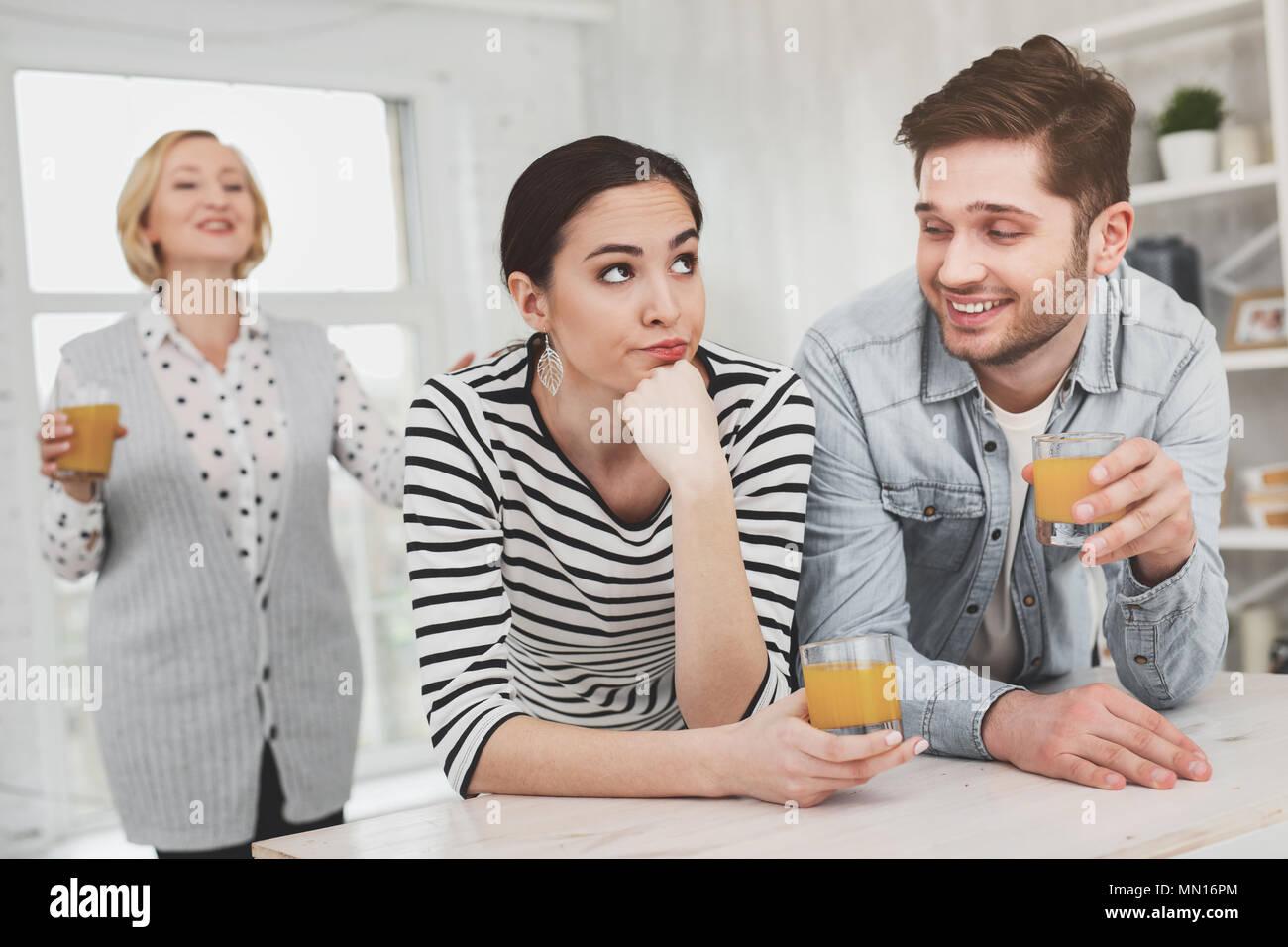 Beau jeune couple vivant ensemble avec la mère Photo Stock