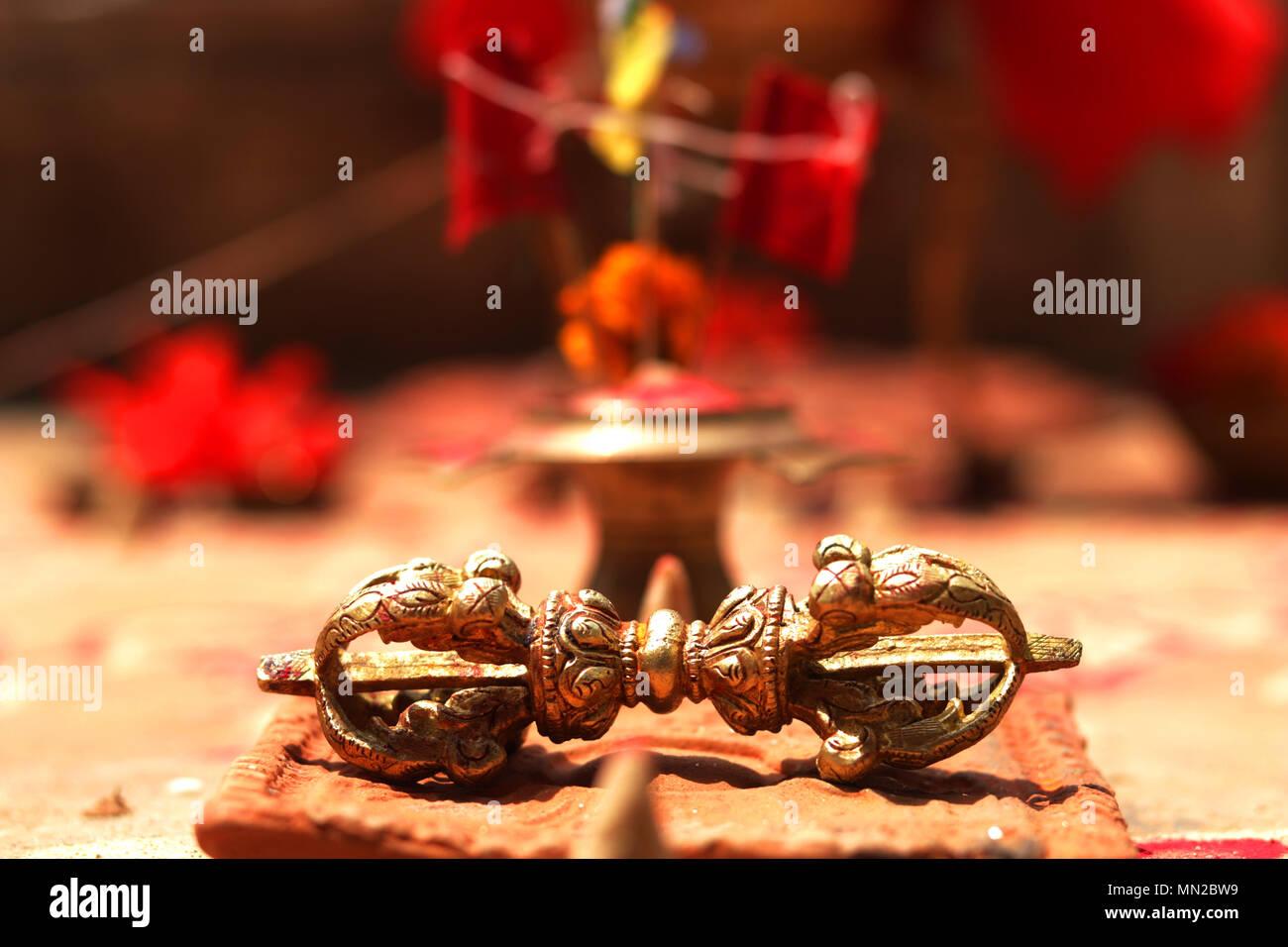 La cloche et Dorje, ou Thunderbolt sont inséparables, d'objets rituels dans le Bouddhisme Tibétain. Ils sont toujours utilisés en association pendant les offices religieux ceremoni Photo Stock