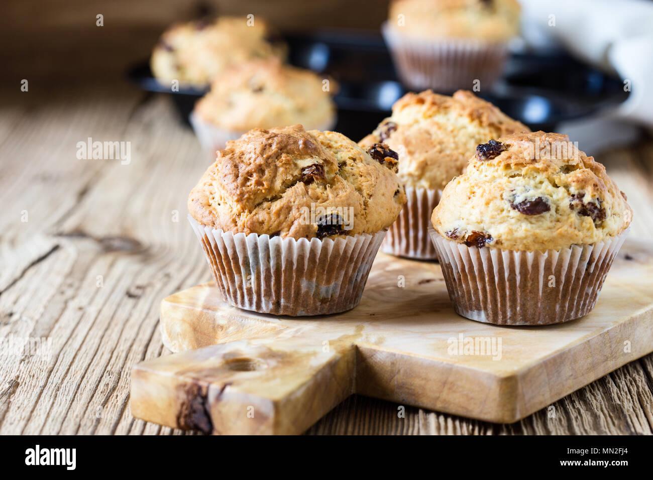 Muffins farine de petit-déjeuner avec des raisins secs, des pâtisseries maison traditionnelle américaine Banque D'Images