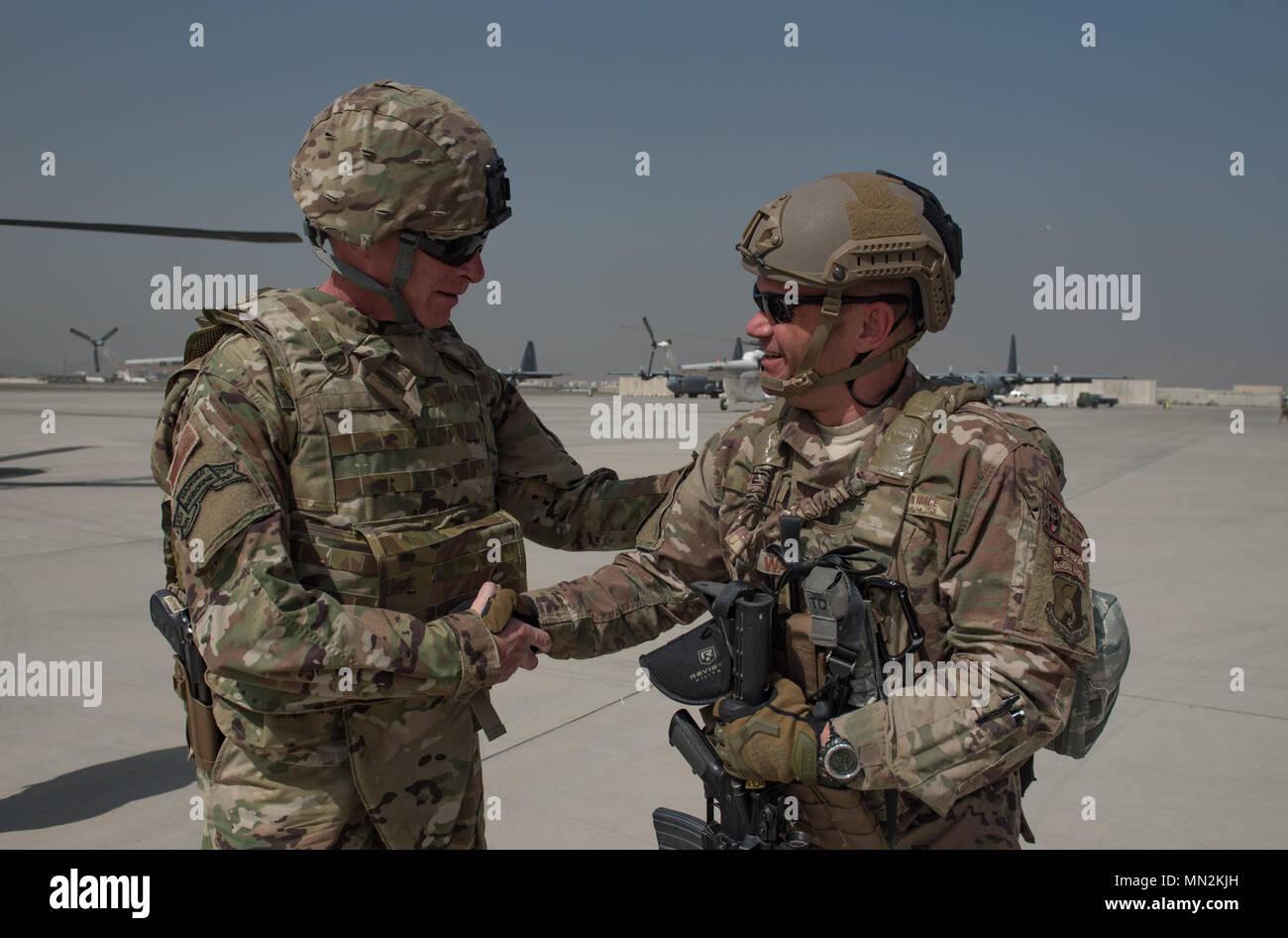 Le sergent-major de commandement de l'Armée américaine William F. Thetford, les cadres supérieurs du Commandement central américain, chef enrôlé gauche, accueille le chef de l'US Air Force Master Sgt. Shane R. Wagner à son arrivée à l'Aéroport International d'Hamid Karzaï, le 15 août 2017, à Kaboul, en Afghanistan. Thetford a visité la base d'opérations avancée côté Oqab d'examiner les progrès de l'Afghan Air Force et former, conseiller, aider. Command-Air Wagner est le chef de la commande pour le Master Sergeant TAAC-Air et la 438th Air Expeditionary Wing. (U.S. Photo de l'Armée de l'air par le sergent. Alexander W. Riedel) Banque D'Images