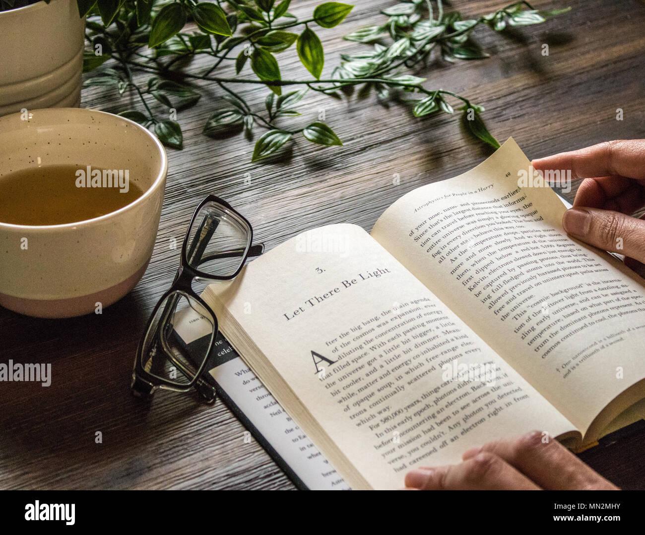 Dimanche matin, la méditation - Thé vert et de la lecture - que la lumière soit! Photo Stock