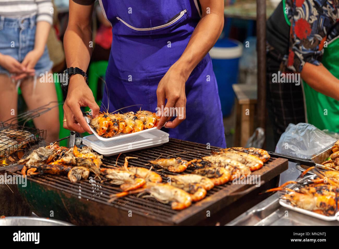 CHIANG MAI, THAÏLANDE - 27 août: préparer les crevettes à la vente à la marché du samedi soir à Chiang Mai (walking street) Le 27 août 2016 à Chian Photo Stock