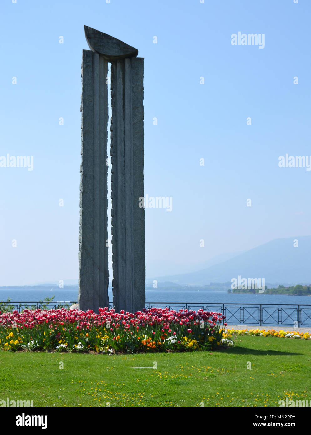 Les verticales statue au bord du lac de Neuchâtel Photo Stock