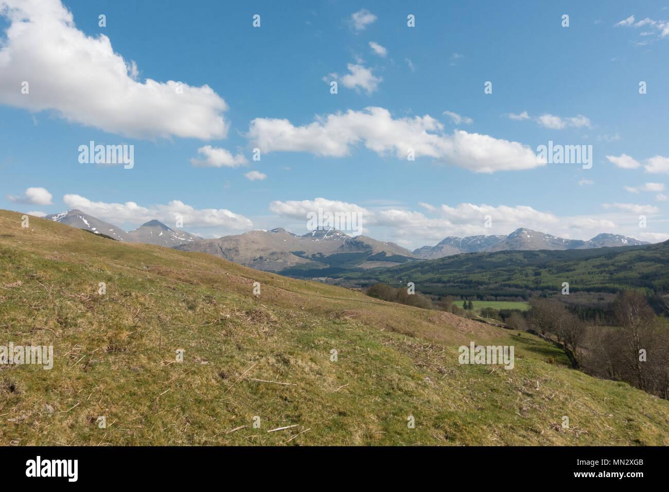 Crianlarich Hills, de Tyndrum, Écosse, Royaume-Uni - avec des munros de gauche à droite, Ben plus Binnein Cruach Ardrain Stob, Photo Stock