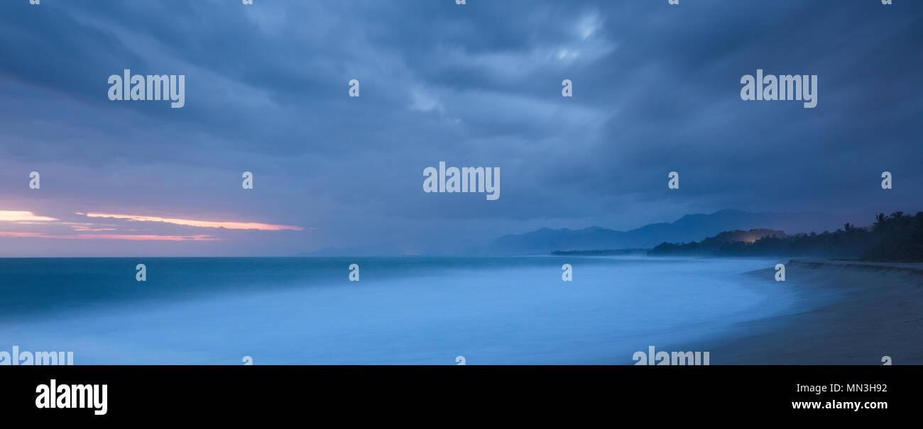 Playa Naranjos et de la côte des Caraïbes à l'aube, Magdalena, Colombie Photo Stock