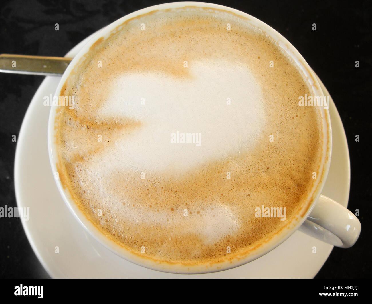 Tasse à café blanc avec un café gourmand et mousse figure Photo Stock
