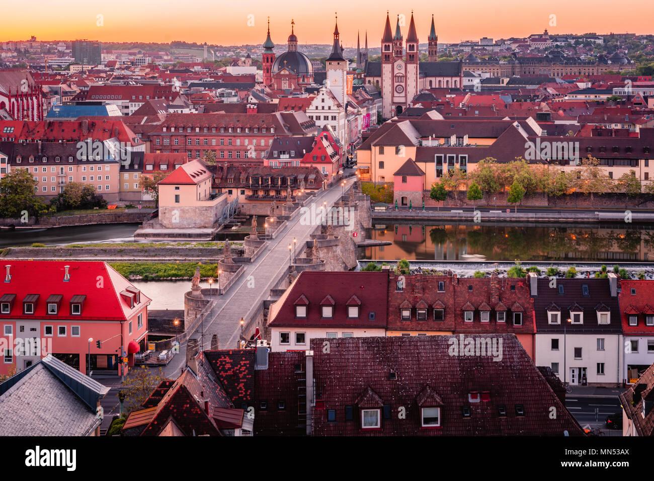Une pittoresque panorama aérien de la ville la Vieille Ville Ville à Würzburg, en Bavière, Allemagne - une partie de la Route Romantique. Photo Stock