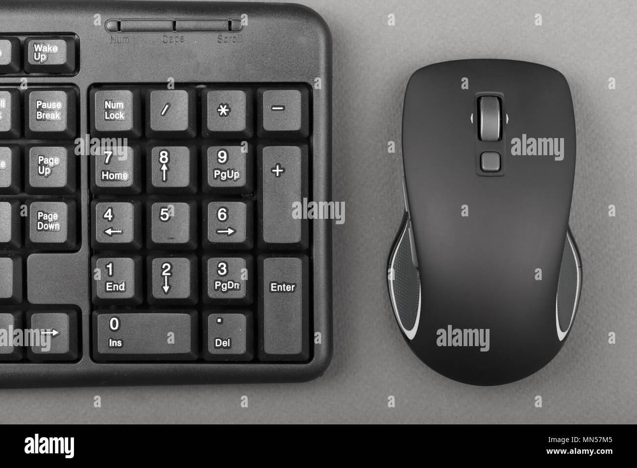 Souris d ordinateur noir près du clavier de l équipement de