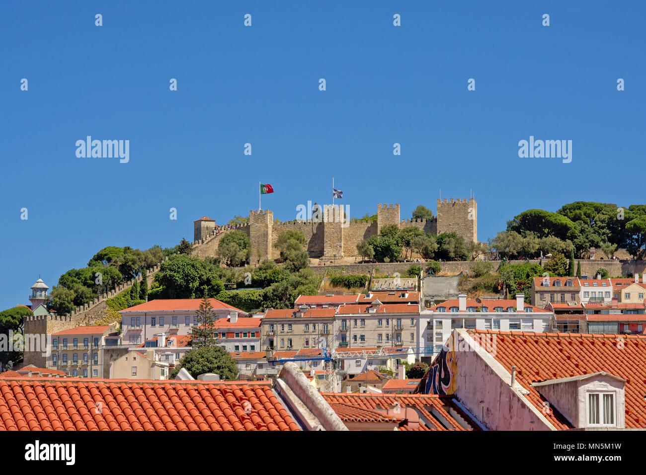 Sap jprge médiéval château sur une colline au-dessus des toits de Lisbonne onn une journée ensoleillée avec ciel bleu clair Photo Stock