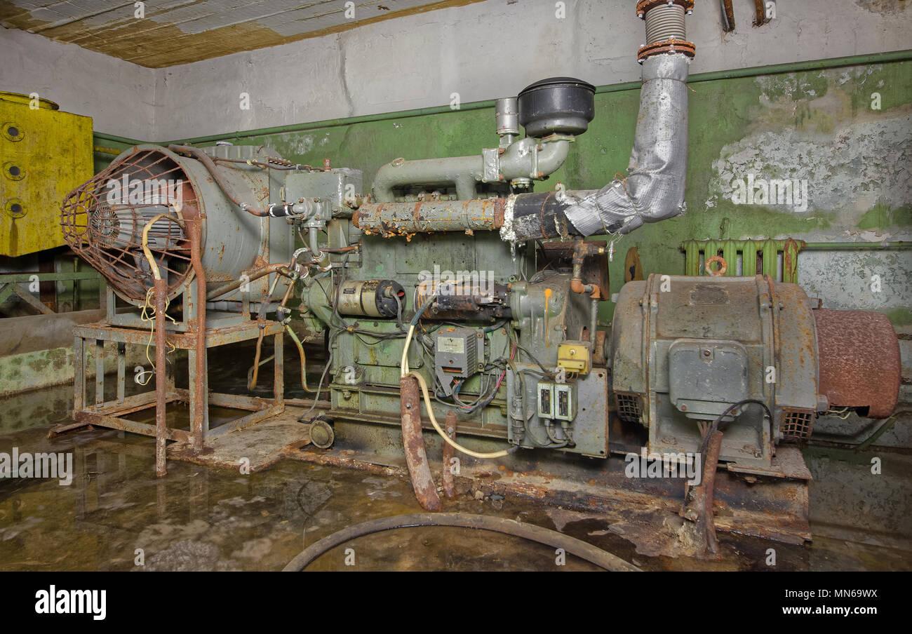 Un vieux, rouillé générateur diesel pour fournir l électricité à un  souterrain refuge en c57d4eed2a9b