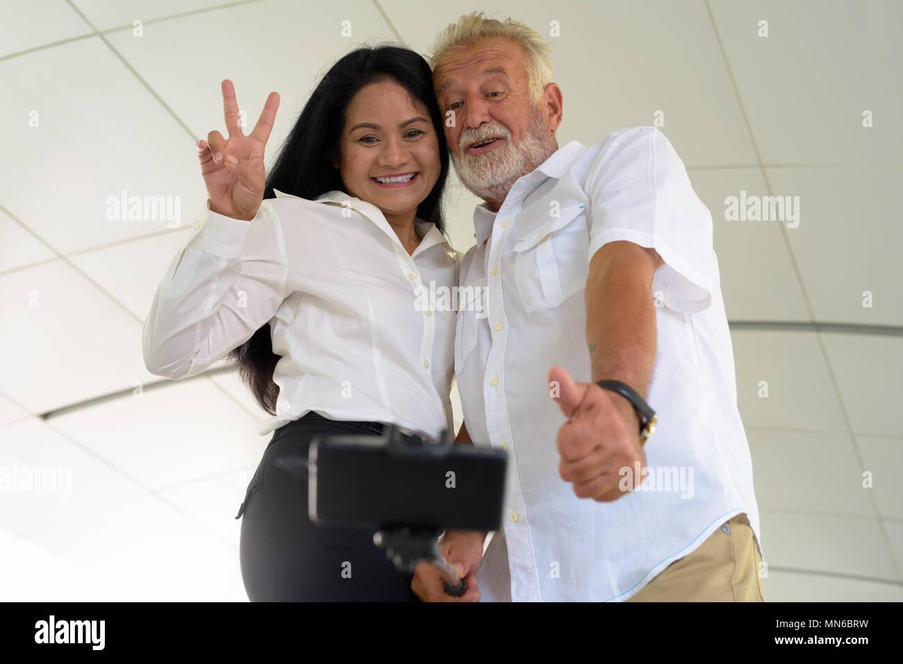 Multi-ethnic couple mature et heureux dans l'amour tout en explorant les Photo Stock