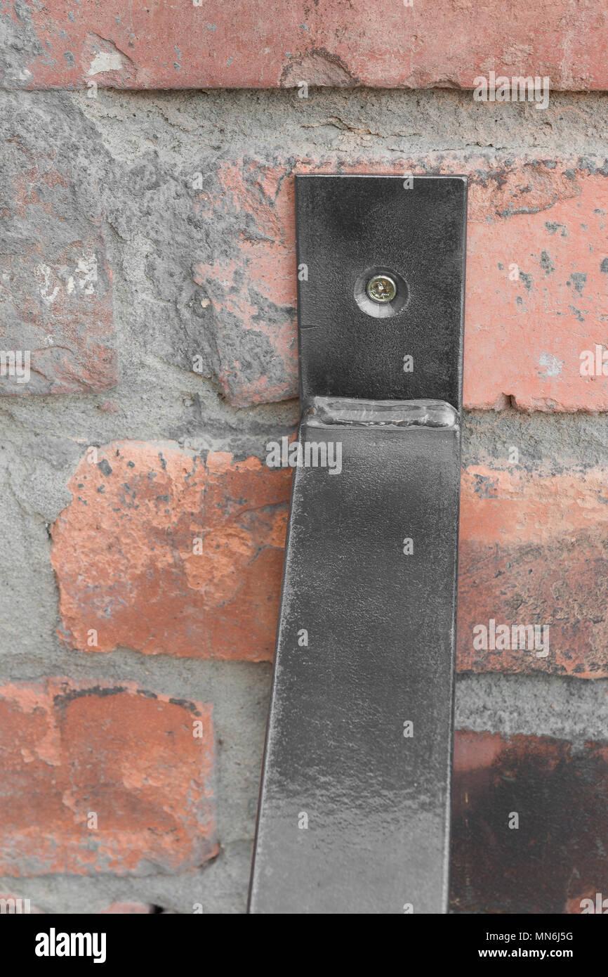 Etagere Sur Mur En Brique Étagère en bois et métal accroché sur un mur de brique dans