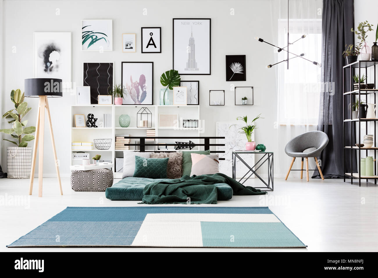 Tapis bleu vert près de matelas et lampe dans une chambre ...