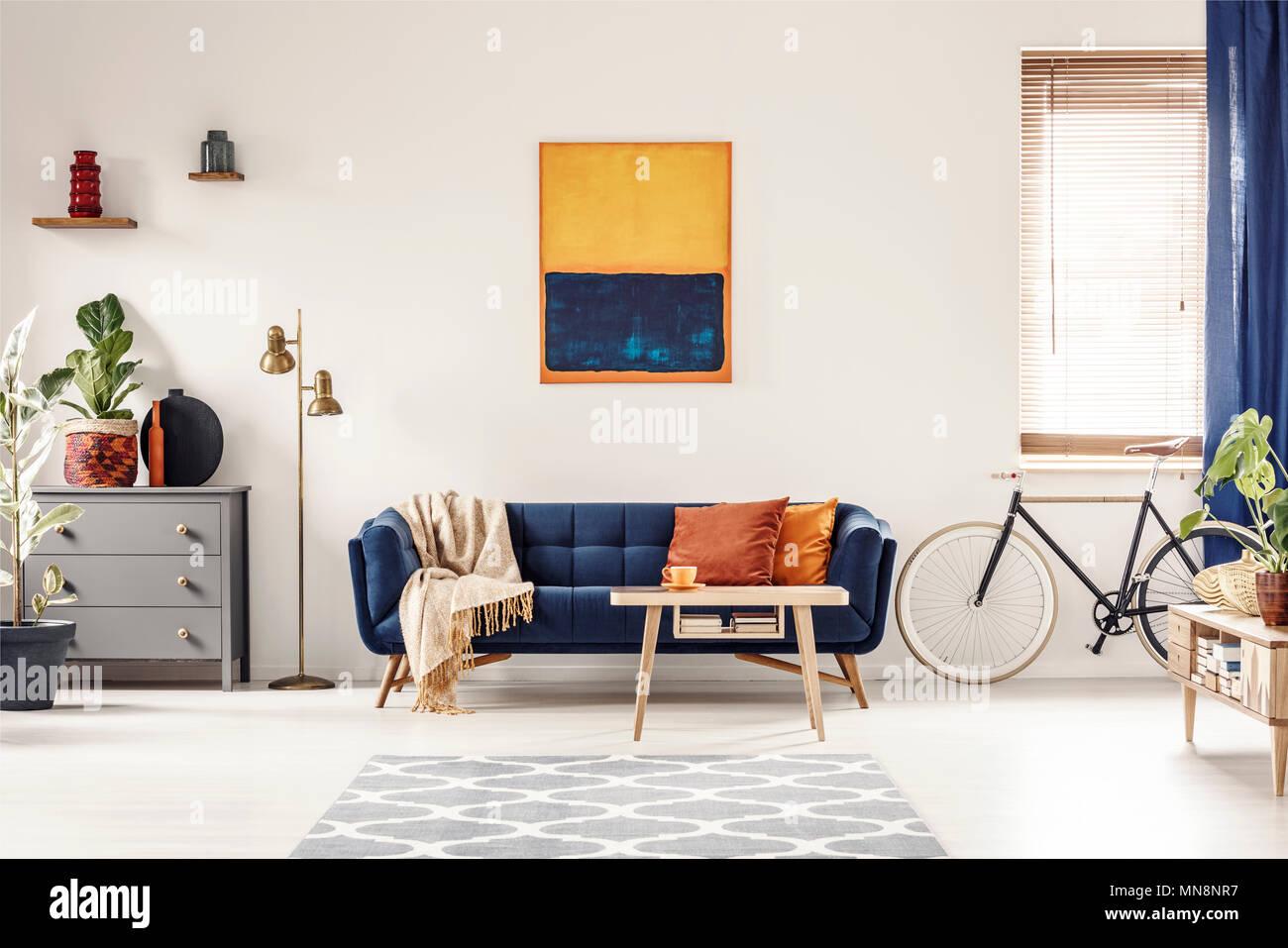 Peinture Jaune Et Bleu Accroché Sur Mur Blanc Dans La Salle De