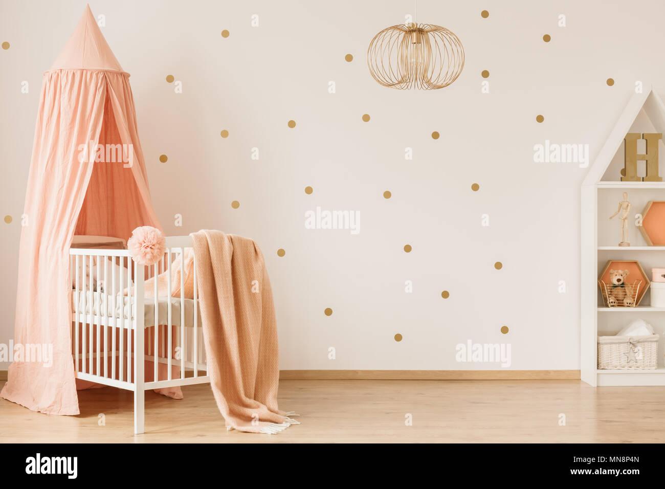 Agreable Chambre Bébé Fille Lumineux Intérieur Avec Mur En Pointillés, Accents Rose  Pastel Et Décoration Dorée