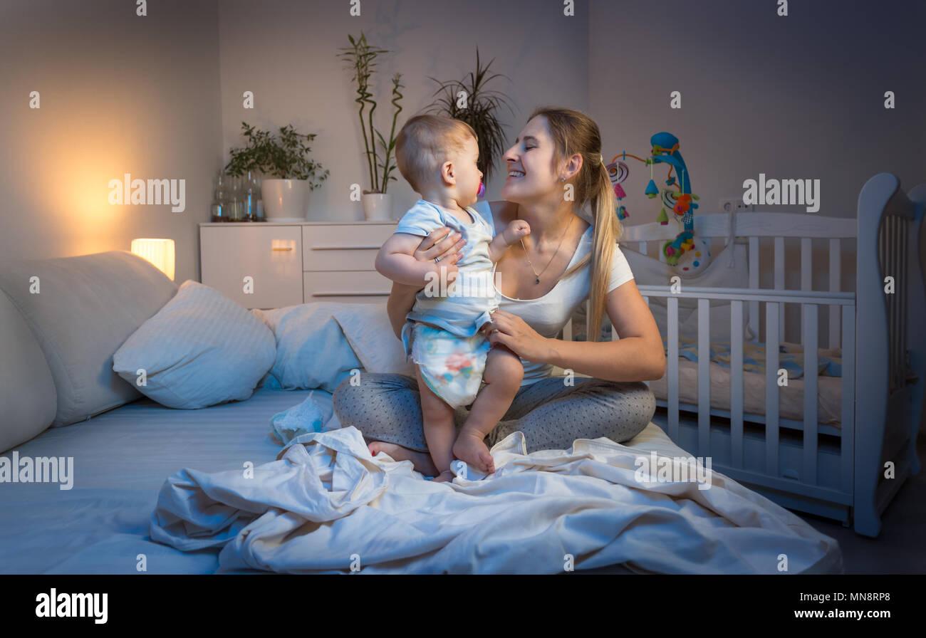 Smiling Mother Changement De Couches Malpropre A Son Bebe Garcon La