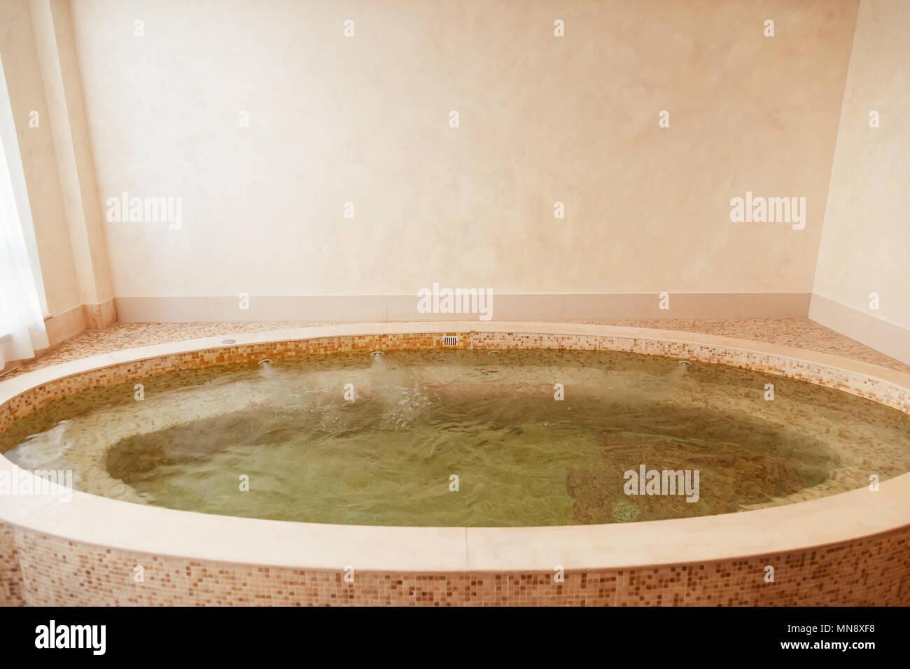 Baignoire jacuzzi dans l\'hôtel spa center Banque D\'Images ...