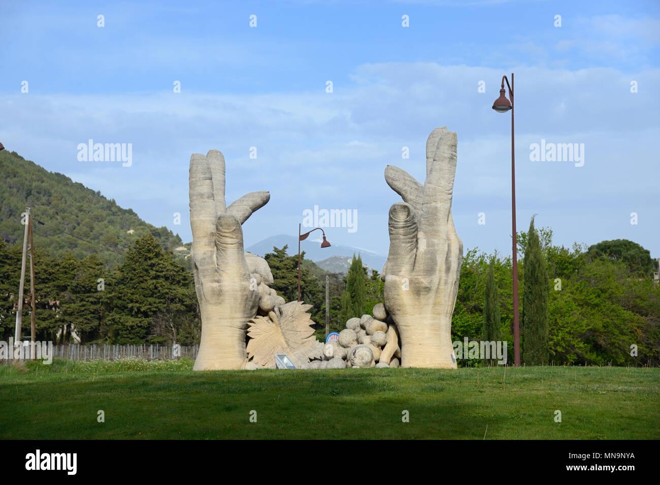 Sculpture main de vendangeurs sur rond-point à l'extérieur Winery de Beaumes de Venise Vaucluse provence france Photo Stock