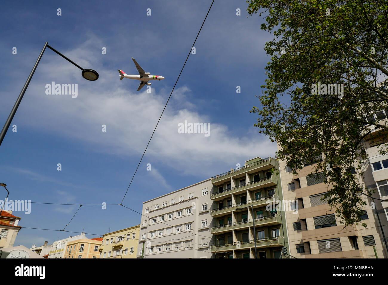 L'atterrissage avion vole à basse altitude au-dessus des toits de Lisbonne, Portugal Photo Stock