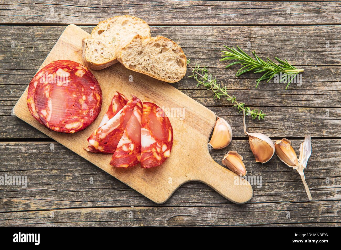 Tranches de salami Chorizo Saucisson sur une planche à découper. Photo Stock