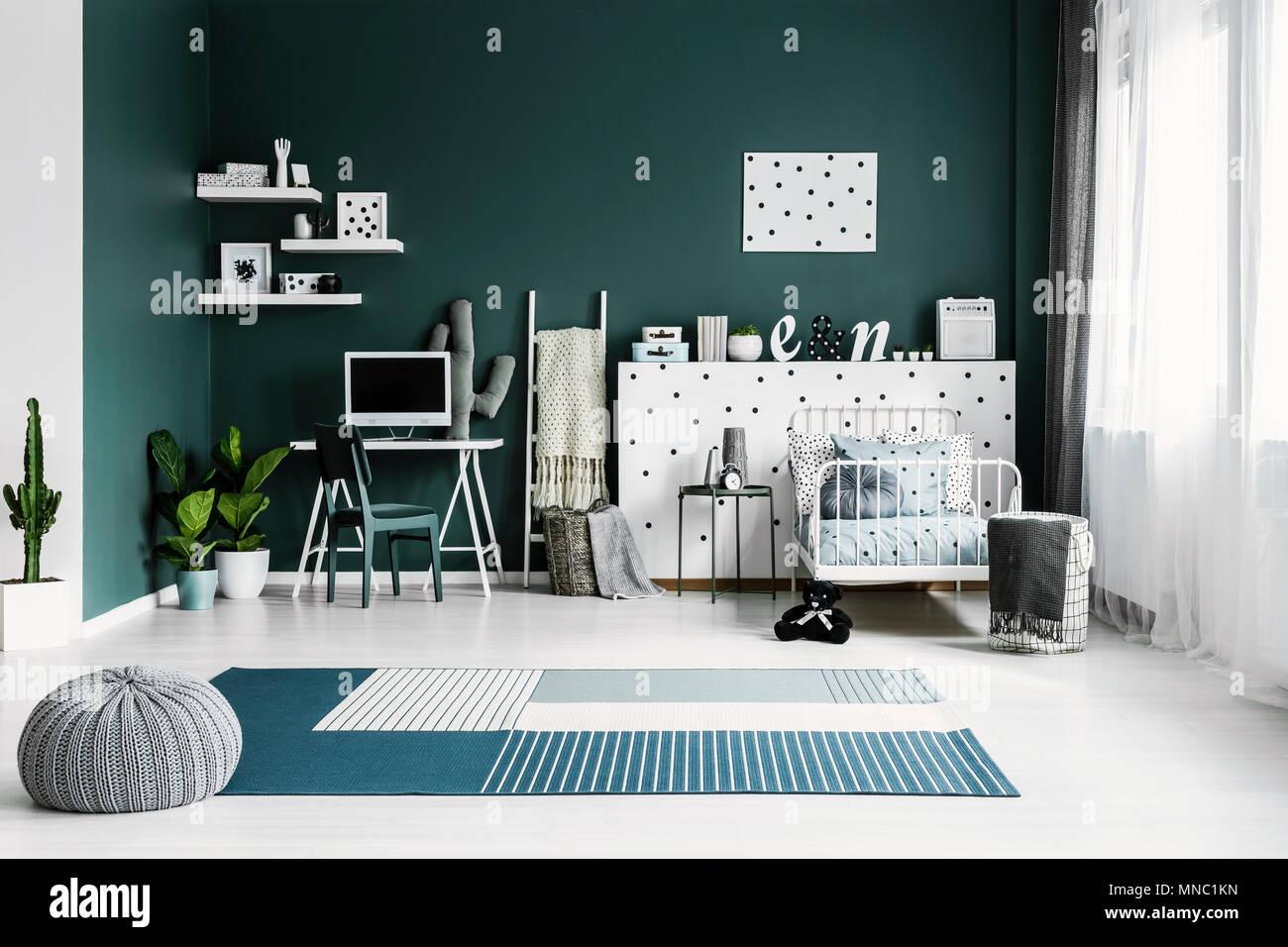 Pouf gris sur tapis bleu dans de spacieuses chambres avec intérieur ...
