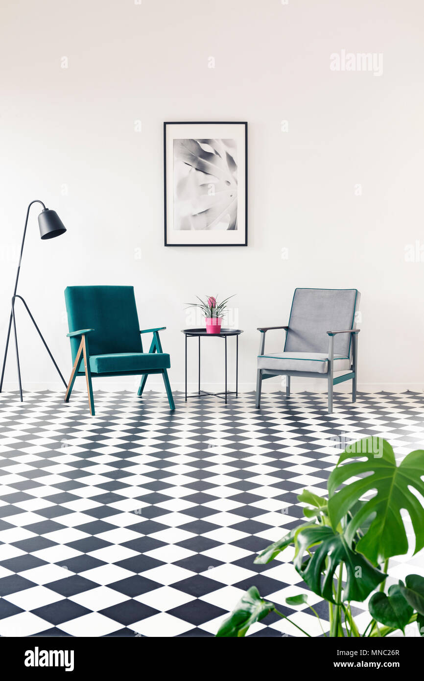 Fauteuil gris et turquoise sur sol en damier dans le salon ...