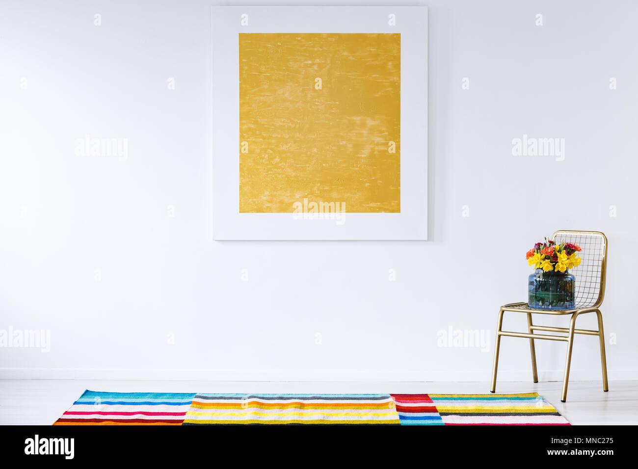 La Peinture Jaune Sur Le Mur Blanc à L Intérieur Chambre