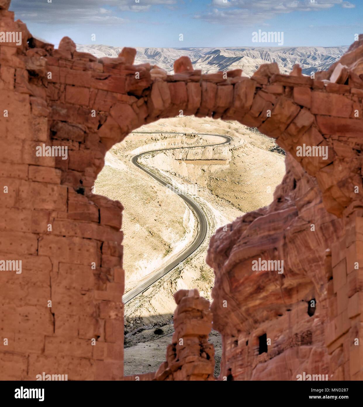 Vue à travers une ruine d'une route escarpée avec des serpentins dans les hautes terres de Jordanie, photographie composite Photo Stock