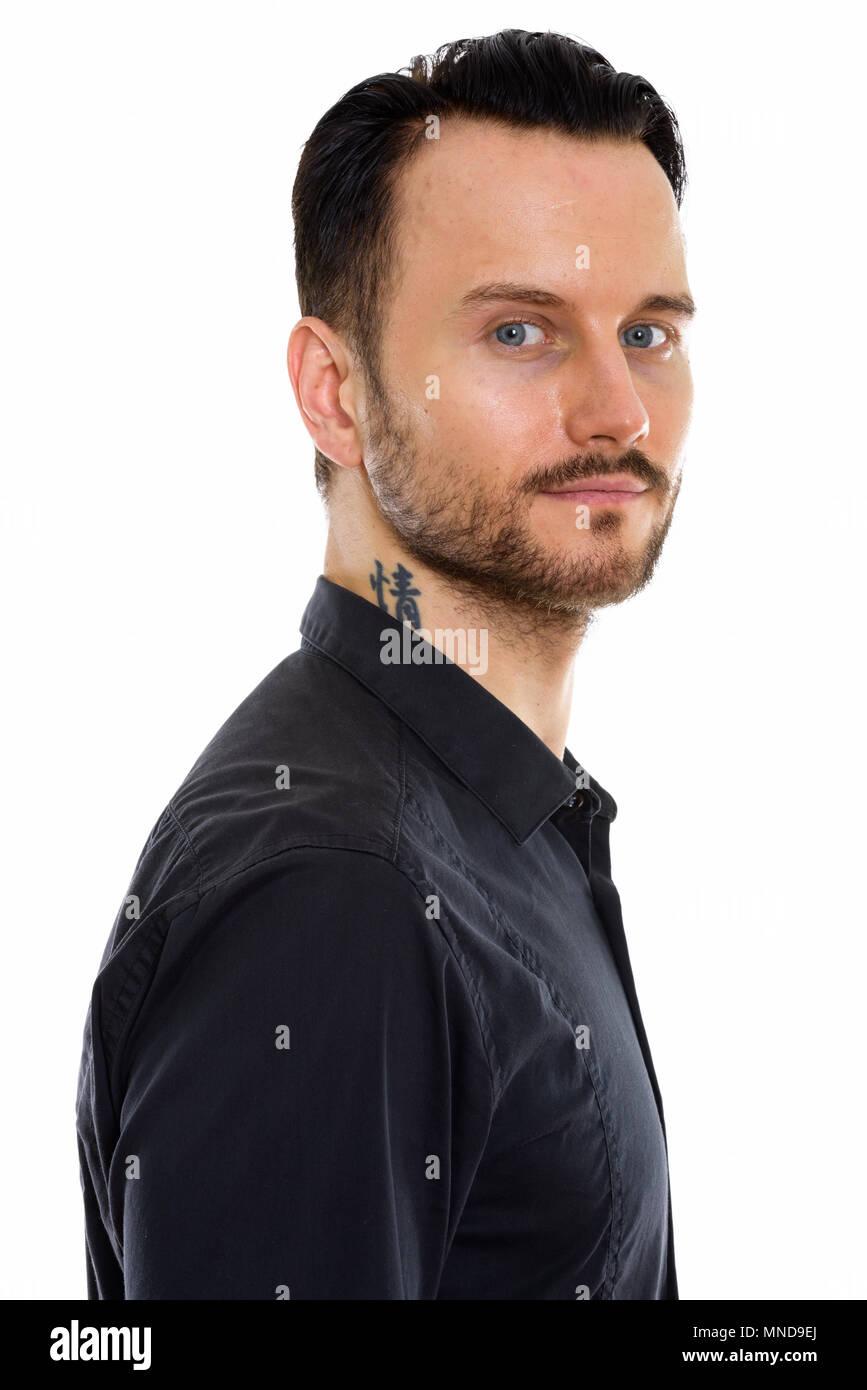 portrait de jeune homme au tatouage sur le cou banque d'images