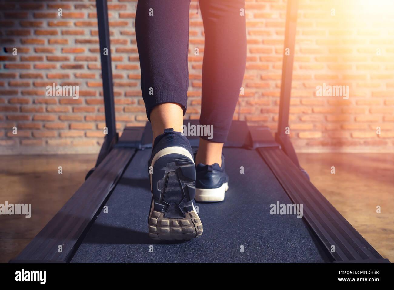 Dans Sur L'athlète Tournant Chaussures Salle Gros Femme De Plan Une qEw5xXY