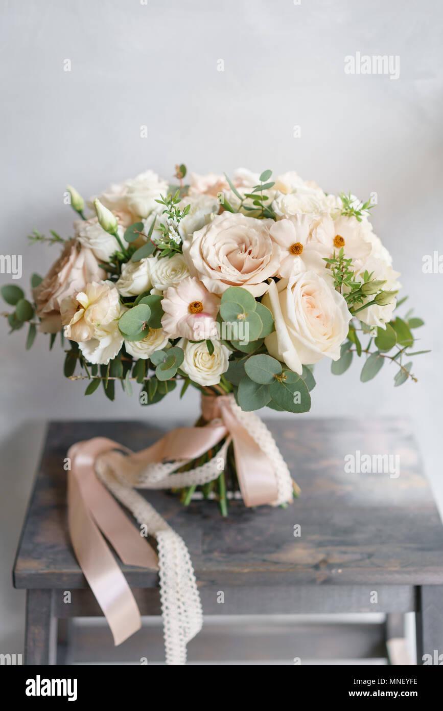 mariage bouquet de roses blanches et de buttercup sur une table en
