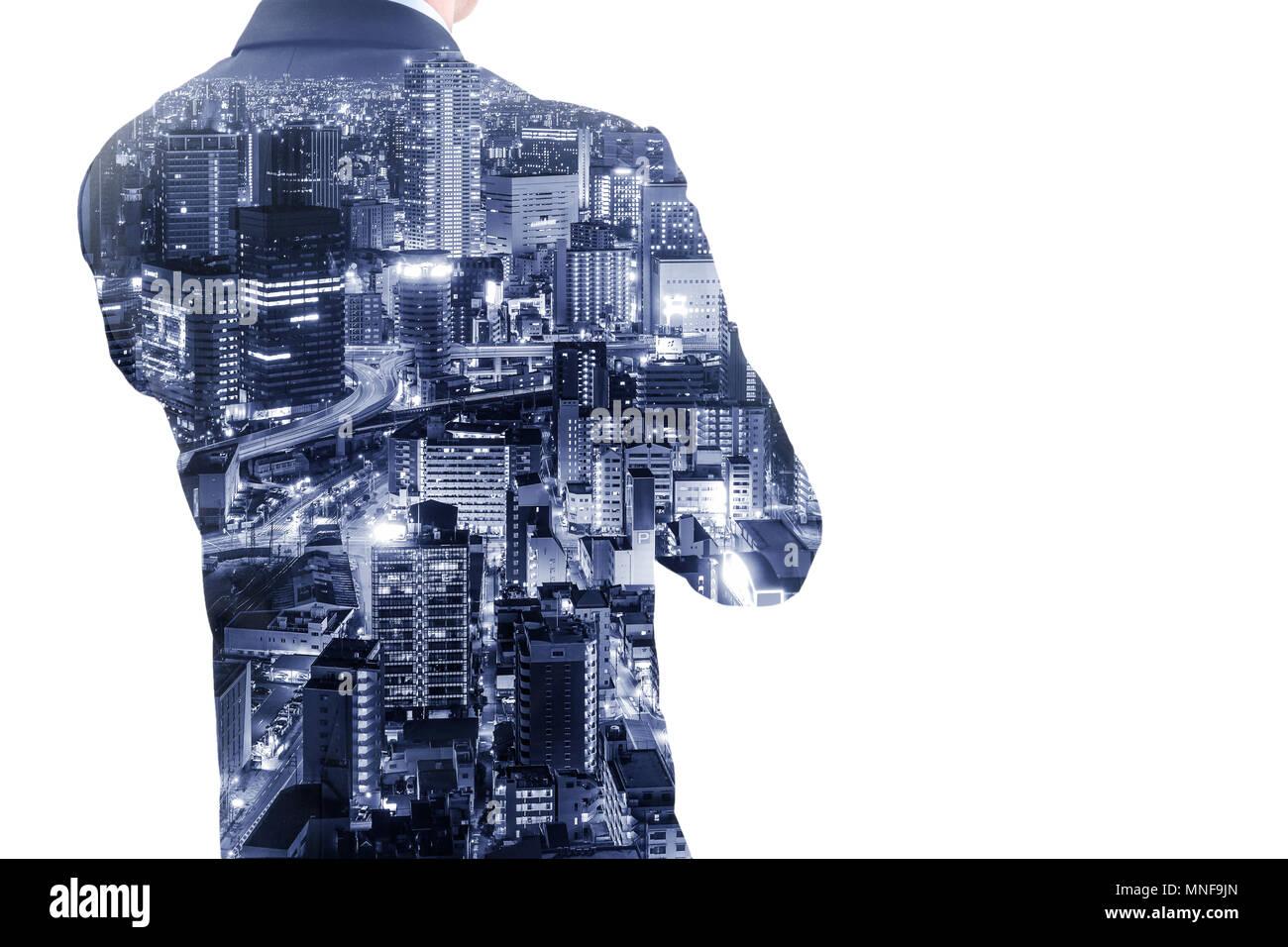 Double exposition businessman crossing un bras de penser à l'avenir et d'affaires et la ville d'Osaka la nuit. Banque D'Images