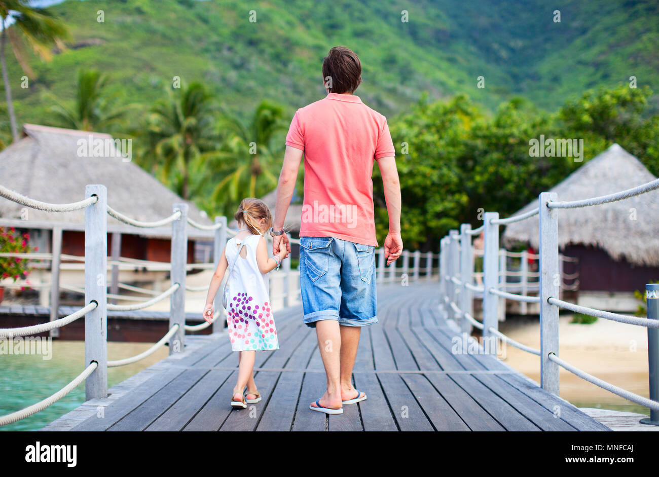Vue arrière de père et fille à tropical resort de luxe Photo Stock