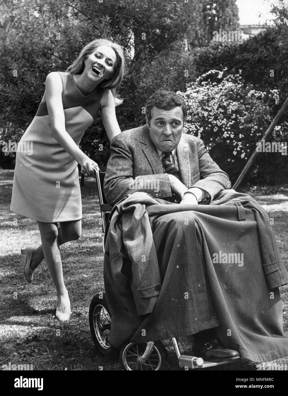 Votre tour de mourir, Sidney Chaplin, Daniela Bianchi, 1967 Photo Stock