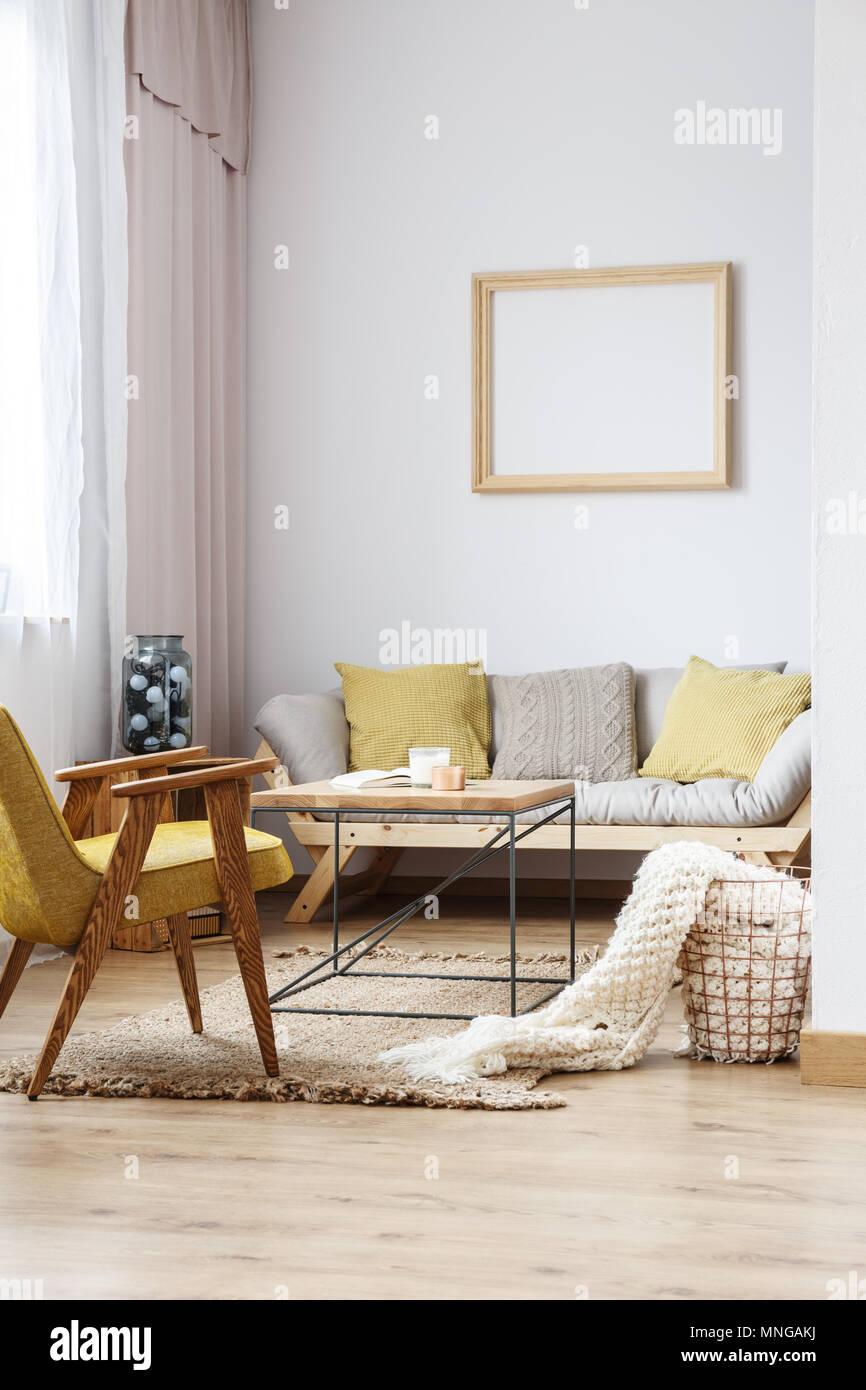 https www alamyimages fr beige et jaune decor interieur moderne du salon lumineux avec canape d un mobilier en bois et cadre decoration sur le mur blanc image185371078 html