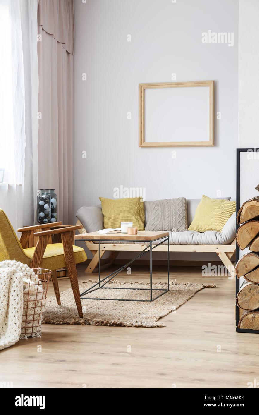 Cadre Au Dessus Du Canapé salle de séjour confortable dans des loft avec cadre en bois