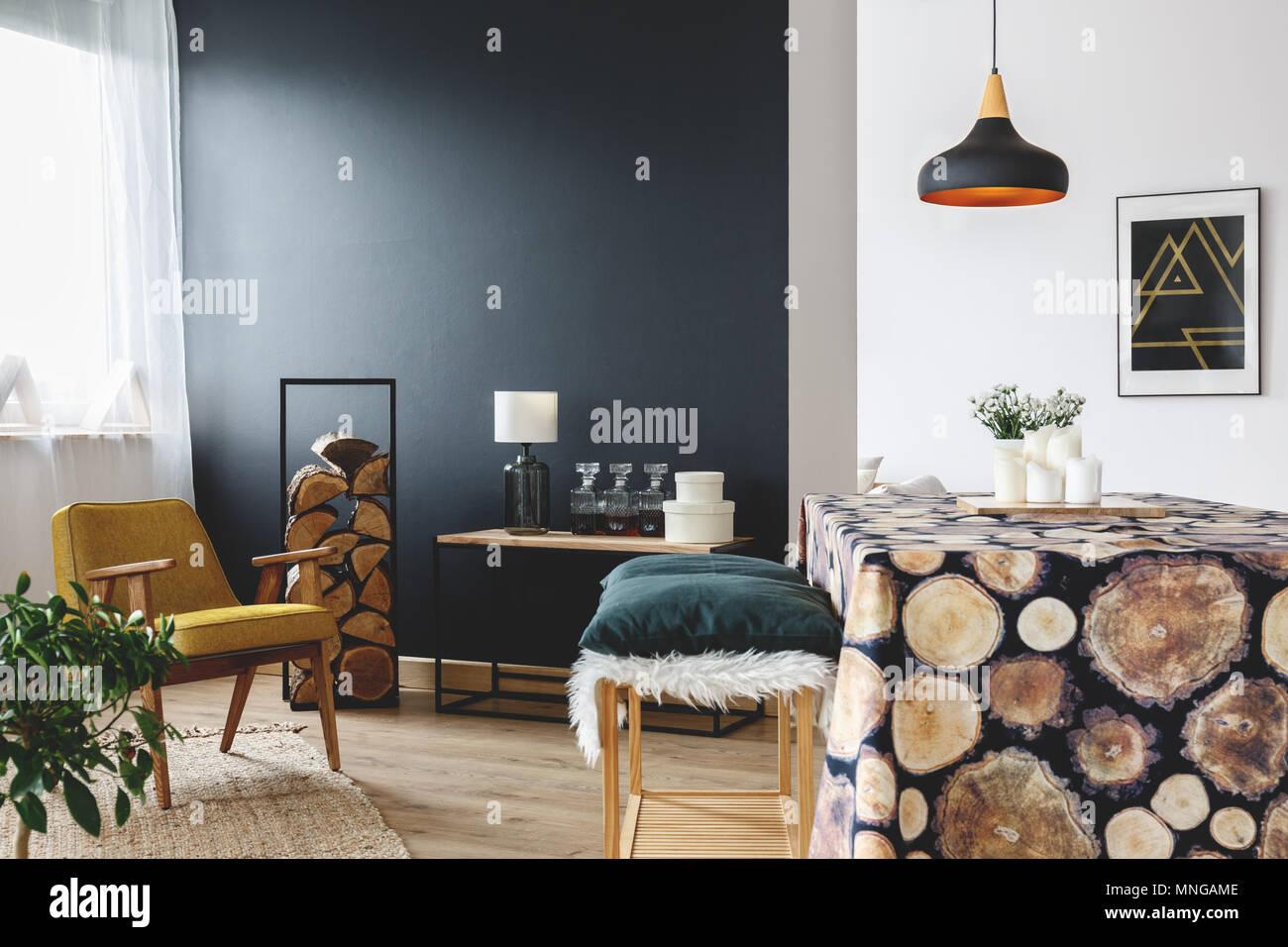Idée Décoration Maison Rustique Pour Appartement Confortable Avec Mur Noir  Et Capot Table De Bois Rond
