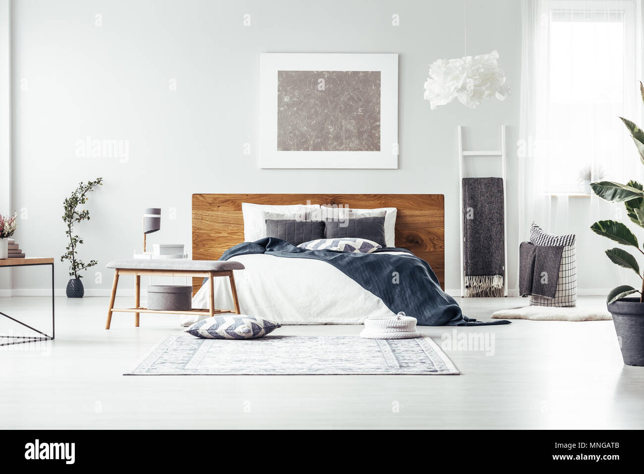 Peinture gris blanc sur le mur au-dessus de lit dans la ...