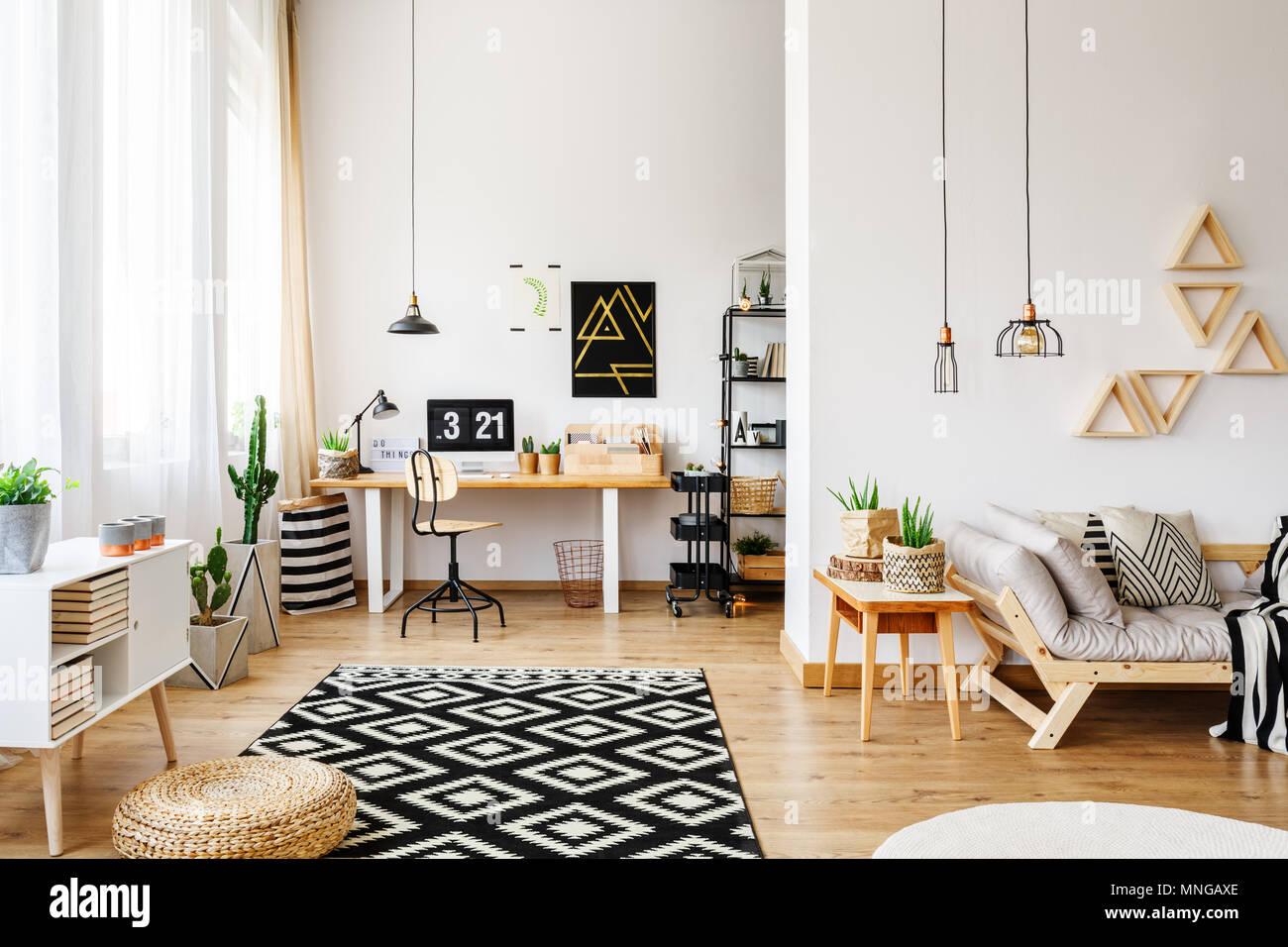 Chambre d'artisanat moderne blanc en vacances avec un design créatif, triangle étagères, lustres industriel, de meubles, tapis à motifs, Photo Stock
