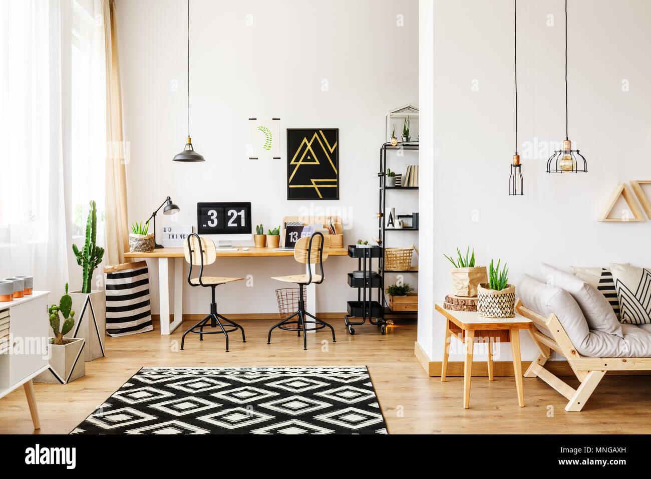 Cette chambre contemporaine dans un style scandinave avec office